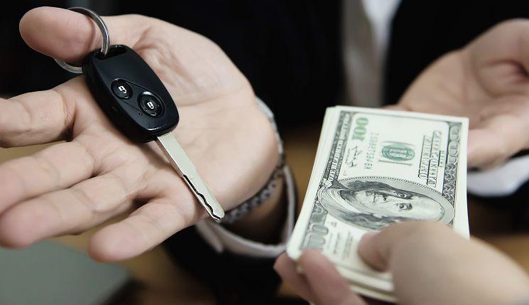 на изображении деньги за кредит машины
